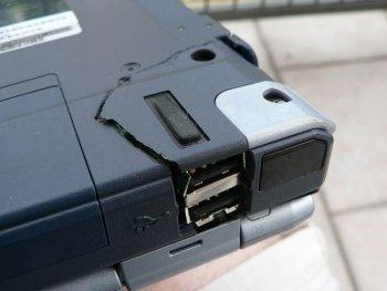 Сломанный корпус ноутбука